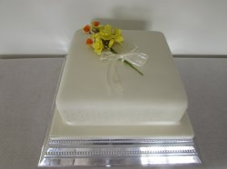 Single tier with sugar daffodils