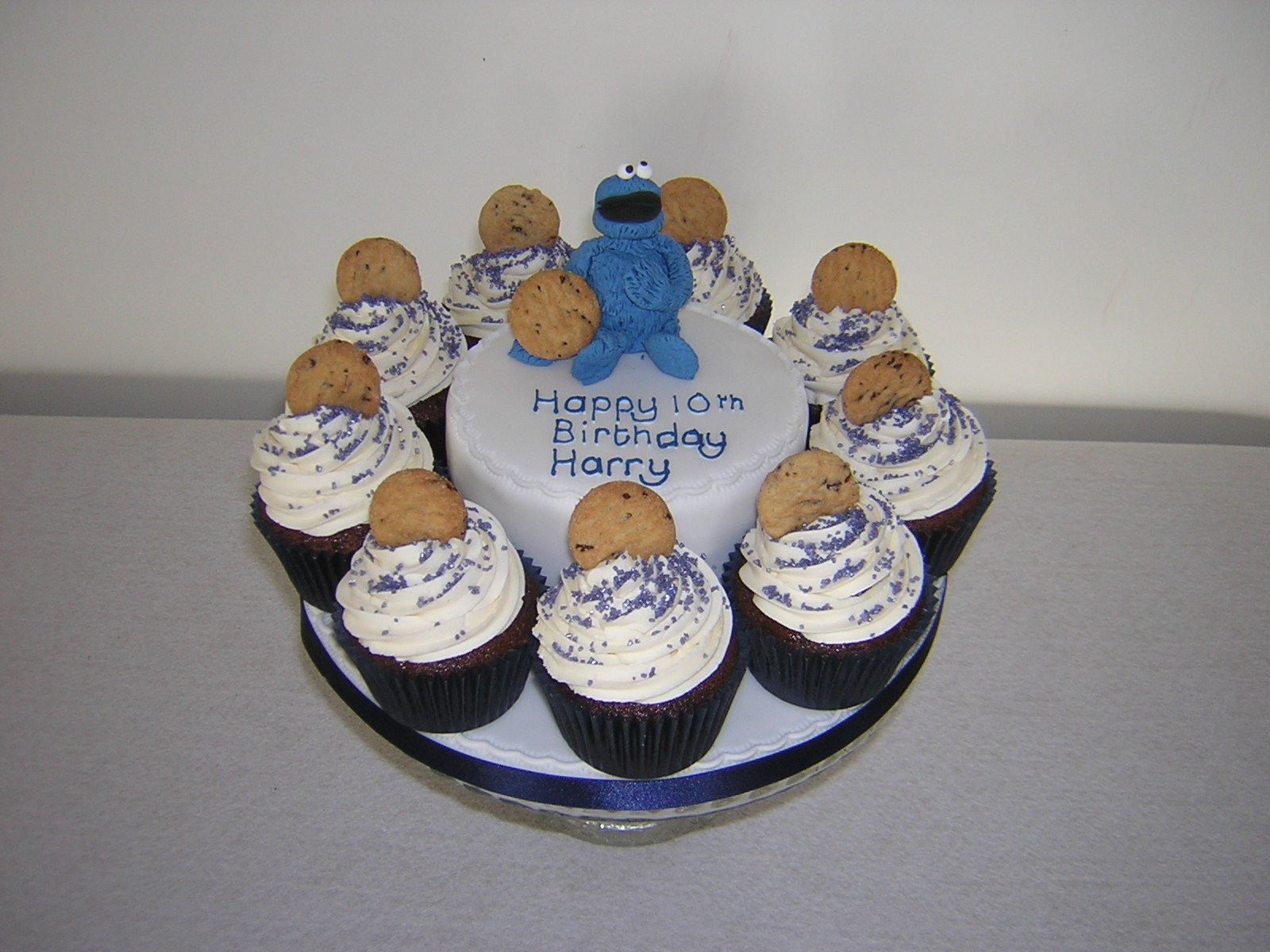 cookie-monster-with-cupcakes