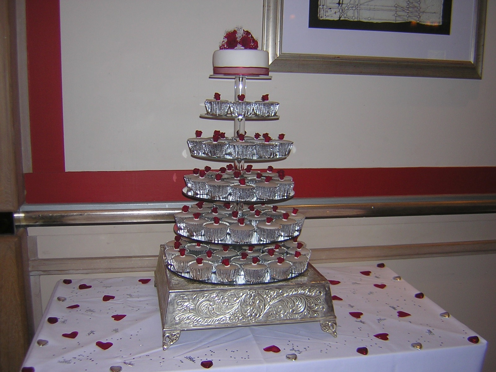 red-roses-cupcake-tower