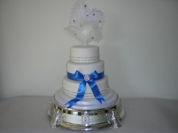 blue-ribbon-sparkly-wedding-cake